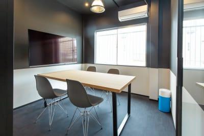 いいオフィス新大阪 小会議室の室内の写真