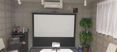 シアタースクリーンは収納型で移動可能!大画面でプレゼンや映画鑑賞を! - レンタルルーム[シアター] 防音レンタルルームの室内の写真
