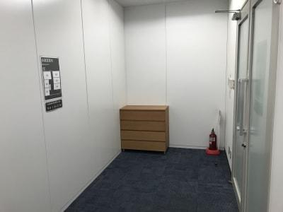 ホワイトボード用マーカー在庫は共用部扉からお入りいただき右手にございます。 - タイムシェアリング秋葉原ISM 105の設備の写真