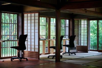 自然を眺めながらのワーケーション  - C&W 奥飛騨 萬葉館 ワーケーションスタンドの室内の写真