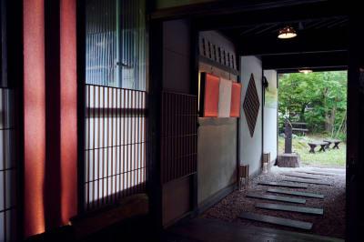 スタッフ力作の玄関  - C&W 奥飛騨 萬葉館 ワーケーションスタンドの入口の写真
