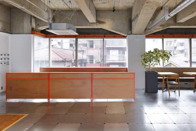 【受付】 9:00~18:00はスタッフが常駐しております。貸出備品などもございますのでお気軽にお声掛けください! - BOIL workの室内の写真