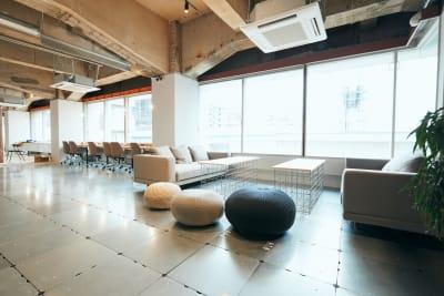 【ソファブース】 気分を変えてソファ席でのお仕事もできます。 - BOIL workの室内の写真