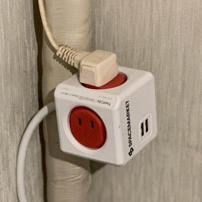 USBが刺さる延長コードもあります。 必要な時は言ってください。 - ねこパンLab 猫がいる古いマンションのお茶の間の設備の写真