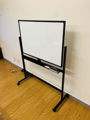 ホワイトボード - ゼロ会議室 駅近会議室!リモートワークに最適の室内の写真