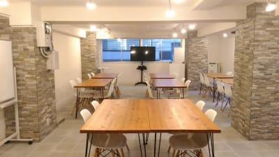 入室時の標準レイアウト「テーブル10台、椅子32脚、予備8脚」です。弊社推奨おすすめ間隔を空けた着席32名レイアウト仕様です。テーブル・椅子の移動変更も可能です。「使用後原状回復が必須」 - 秋葉原レンタルスペース201 🎵多目的マルチスペース🎵の室内の写真
