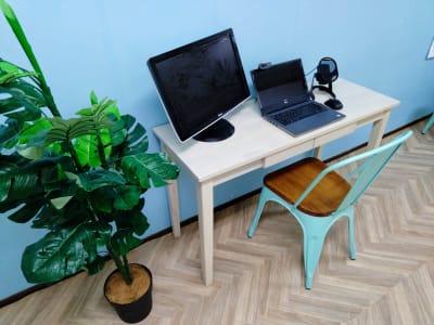 特にテレワーク利用に便利なUSBマイクやWEBカメラもオプションで用意しています。 - ブリーグ会議室 撮影・施術練習に!駅近の会議室の室内の写真
