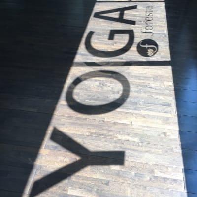 ヨガスタジオ フォレスタ ヨガスタジオの室内の写真