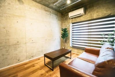 撮影に最適な打ちっぱなしの壁 - レンタルスペースEdi 撮影スペースの室内の写真