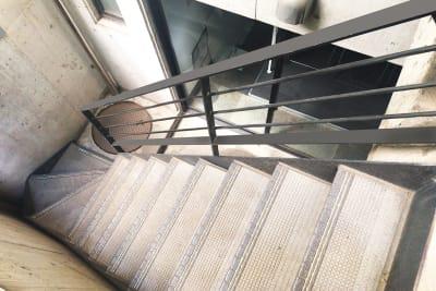 """地下室への階段 - 駒込レンタルスペース""""駒ちか"""" 地下1F会議など多目的【飲食可】の入口の写真"""