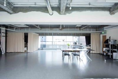 南側には縦170cmもある大きな窓が広がります。 - studio akegure 営利・商用利用 撮影スタジオの室内の写真