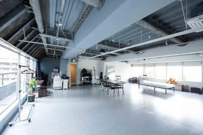大きな窓が特徴的なので、自然光がたっぷり入ります。 - studio akegure 営利・商用利用 撮影スタジオの室内の写真