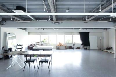 北側の窓は前が土佐堀川なので、眺めもよく自然光が常に入ります。 - studio akegure 営利・商用利用 撮影スタジオの室内の写真