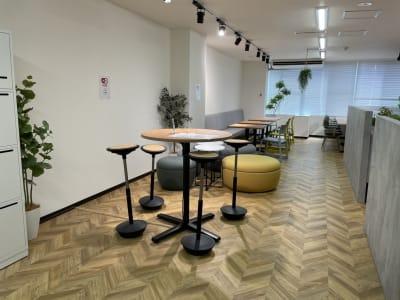 オープンスペースも追加料金なしでご利用可能です。 - テレワークスペース個室 菊名 テレスペ菊名の設備の写真