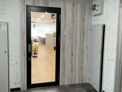 階段で2Fへ上がって正面の入口です - テレワークスペース個室 菊名 テレスペ菊名の入口の写真