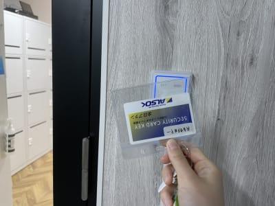 カードキーでご入室ください。個室エリアは入って右側です - テレワークスペース個室 菊名 テレスペ菊名の入口の写真