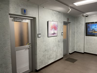 お手洗いは1Fです。男女別 - テレワークスペース個室 菊名 テレスペ菊名のその他の写真