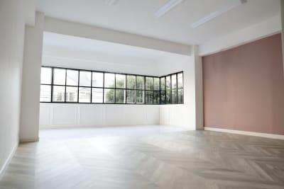 玄関から見たスタジオ - 代々木スタジオ 代々木/白壁/自然光撮影スタジオの室内の写真