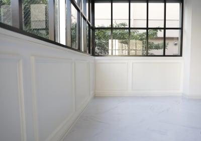 大理石調の床に黒の窓枠 - 代々木スタジオ 代々木/白壁/自然光撮影スタジオの室内の写真