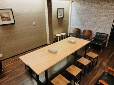 机を移動させて、10枚前後でミーティングや飲食などもお楽しみ頂けます。 - コワーキングスペースCANVAS レンタルスペースの室内の写真