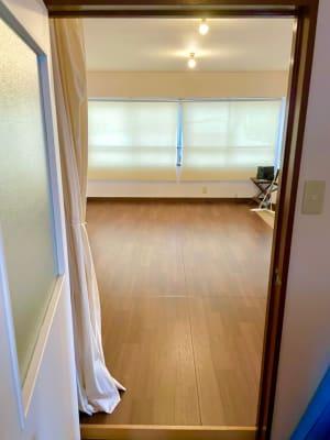 3Fに上がって扉を開けるとスタジオがあります。 - レンタルスタジオ東中野 少人数レッスンや配信スタジオの入口の写真
