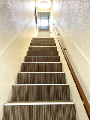 オンダビルディングの3Fにスタジオがあります。エレベータはなく階段のみとなります。入口を入られて靴を脱いでお上がりください。 - レンタルスタジオ東中野 少人数レッスンや配信スタジオの入口の写真