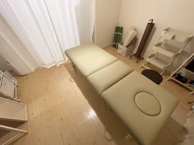 低反発木製折りたたみリクライニングベッド ■サイズ:幅70㎝×奥行188㎝(ヘッドレスト込の場合215㎝)×高さ53〜75㎝ - 広島レンタルサロンBuddy 完全個室レンタルサロンの設備の写真