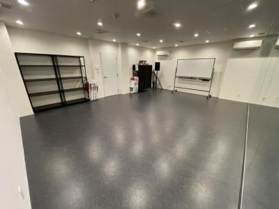 現状、機材棚・荷物置き用の棚なども常設しています。 - TYK STUDIO 【Aスタ】スタジオ、貸し会議室の室内の写真