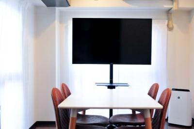 50インチTVモニターは地デジ・BSが視聴可能です。またPC接続用のHDMIケーブルも準備しています。 - 多目的ビジネススペース カベリ天神南店の室内の写真