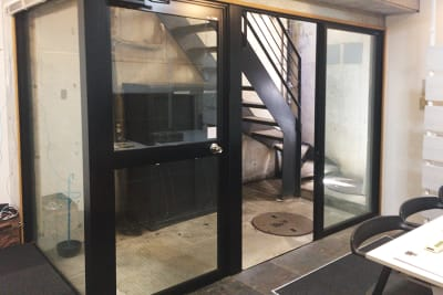 """地下室ですが、出入口ドアと横のガラスサッシの室外部分は、屋根付きですので、雨天でも開放可能で、十分に換気が出来ます。 - 駒込レンタルスペース""""駒ちか"""" 地下1F会議など多目的【飲食可】の室内の写真"""
