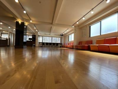 西側にも開閉可能な窓があり壁際にソファーも設置しています。 - アサノダンススクール ダンススタジオの室内の写真
