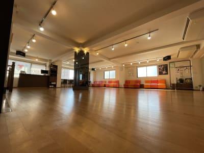 フロアーに柱が御座います。ご了承ください。 - アサノダンススクール ダンススタジオの室内の写真