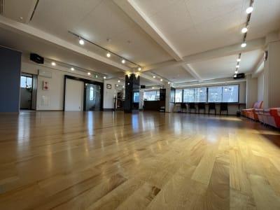 南側に開閉可能な窓があるので換気もバッチリです! - アサノダンススクール ダンススタジオの室内の写真