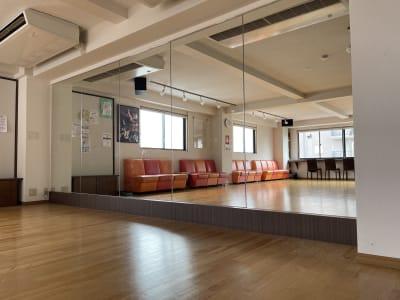 アサノダンススクール ダンススタジオの室内の写真