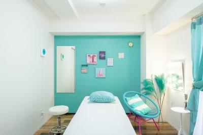 レンタルサロンキラリラ難波店 完全個室マイアミブルーの室内の写真