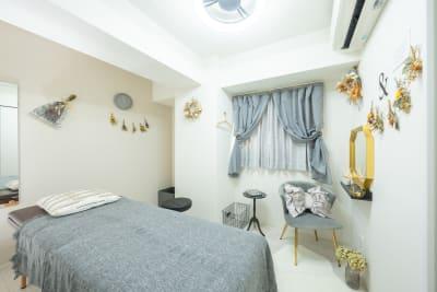 レンタルサロンキラリラ難波店 完全個室アントワープグレーの室内の写真