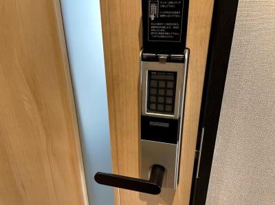 個室解錠はテンキー - テレワークスペース個室 池袋 テレスペhos池袋の入口の写真