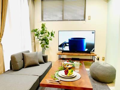 大画面テレビで鑑賞会もオススメ📺 - カハラ四条烏丸 パーティースペースの室内の写真