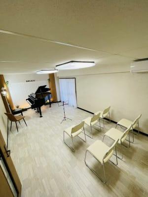 Aルーム 全体  広さ:約14畳 - ソレイユサロン西鉄久留米 Aルーム (グランドピアノ有)の室内の写真