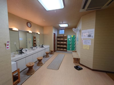 1階の温泉施設の脱衣所を男女別の更衣室としてご利用戴けます。写真は男子用です。 - 萃豊閣温泉 2階大広間 旧旅館施設の大広間の設備の写真