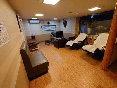 1階の休憩スペースを、2階の利用の合間にお使い戴けます。マッサージ器をご利用される方もいらっしゃいます。  - 萃豊閣温泉 2階大広間 旧旅館施設の大広間の設備の写真