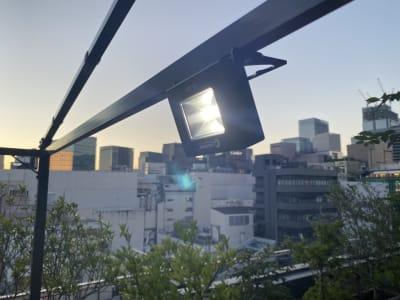 (無料備品) マグネット照明×2 (その他備え付けライト2つあり) - 紙パルプ会館 屋上ビーガーデンの設備の写真