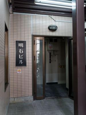 こちらのエレベーターで5階へ - 多目的スペース「プロジェクト」 駅前レンタルスタジオの入口の写真