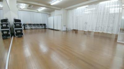 L字スペースをカーテンで仕切ることもできます。 - Luna6Fun(ルナ・ファン) レンタルスタジオ&スペースの室内の写真