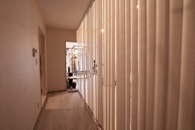 アイラッシュサロンも併設しているため、まつ毛のお客様が被っている場合は、仕切りを設けて運営させて頂きますのでご了承下さい。 - レンタルジムLIFIT 貸切レンタルジムスペースの室内の写真