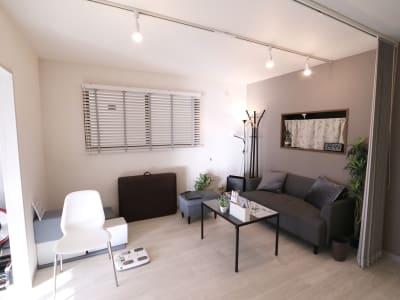 カウンセリングルーム ソファがありますので、カウンセリングやトレーニング後ゆっくりする事も可能です。 - レンタルジムLIFIT 貸切レンタルジムスペースの室内の写真