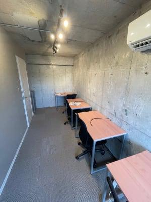 無機質なブルックリンスタイルで、集中力がUPします。鉄筋コンクリート造で静かな環境です。zoom会議やテレワークにおススメ - レンタルオフィス【オフィス西片】 1号室の室内の写真