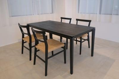 【Room1】6.7m x 3.4m <こだわりのテーブル> ●テーブルサイズ:W1600×D800×H730mm ●テーブルの素材:オーク材ウレタン樹脂塗装仕上げ ●テーブルの特徴:無垢材で構成されたダイニングテーブルは、曲線とシャープなエッジを併せ持ったモダンデザインで、様々なスタイルのインテリアにフィットします。無垢材ならではの温かみと質感、そして美しい経年変化が楽しめます。 ●テーブルにはチェアも4脚ご用意。 - Well Studio 千駄ヶ谷 キッチン・バルコニー付きスタジオの室内の写真