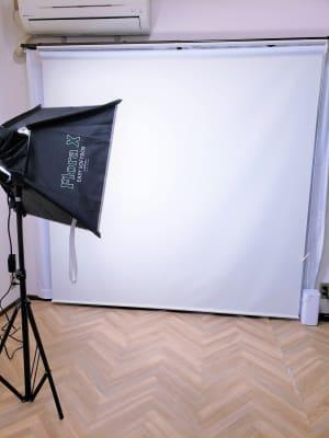 本格的な照明機材も用意しているので、ポートレート撮影やコスプレ撮影など各種撮影もできます^^ - ブリーグ会議室 撮影・施術練習に!駅近の会議室の室内の写真