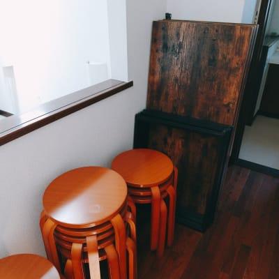 必要な場合は、こちらの椅子と会議などに便利な長机をレンタルいたしますので、事前にご連絡ください。 レンタルスペースの備え付けの椅子は4脚と、ソファが一つとなっております。 - 旗の台シェアハウス キッチン付きレンタルスペースの設備の写真
